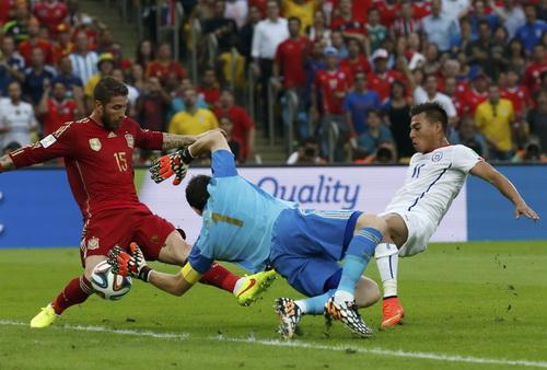 Eduardo Vargas ghi bàn mở tỉ số cho Chile