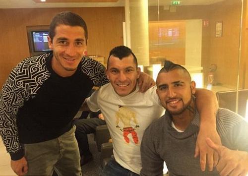 Vidal (phải) và các đồng hương Carlos Carmona, Gary Medel (giữa) vui vẻ trong quán bar