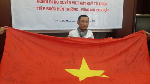 """Anh Võ Mạnh Tuấn – người đi bộ xuyên Việt gây quỹ từ thiện """"Tiếp bước đến trường – Vững chí ra khơi""""."""