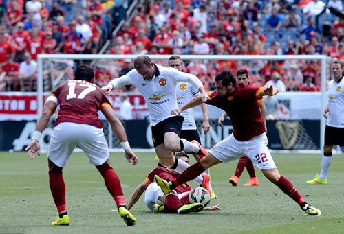 Wayne Rooney khuấy đảo hàng thủ Roma trong 45 phút đầu trận