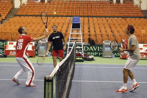 Wawrinka và Federer tập luyện với thủ quân Luthi (trái)