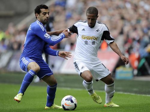 Mohamed Salah (trái) thi đấu tận tình, góp công vào chiến thắng của Chelsea