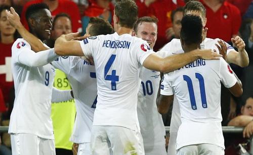 Danny Welbeck (9) lập cú đúp, giúp tuyển Anh giành chiến thắng trận mở màn