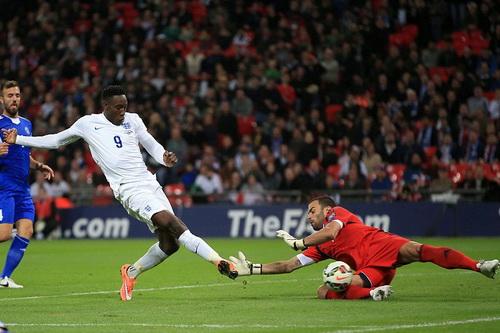 Welbeck (9) nổ súng đều đặn với ba bàn sau hai trận mở màn cho tuyển Anh