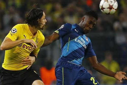 Danny Welbeck mất dạng trước sự kèm cặp của các hậu vệ Dortmund