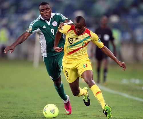 Emmanuel Emenike (trái)