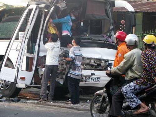 Vụ tai nạn xảy ra ngày 27-1 trên tuyến quốc lộ 1A qua địa bàn xã An Cư, huyện Tuy An (tỉnh Phú Yên) - Ảnh: TTXVN