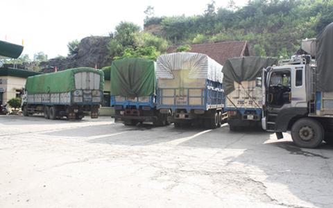 Xe quá tải đỗ tại một cây xăng tại huyện Tân Lạc chờ vượt trạm cân. Ảnh: Đường bộ