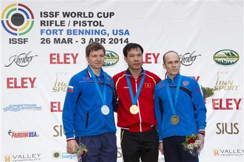 Hoàng Xuân Vinh (giữa) trên bục nhận huy chương vàng
