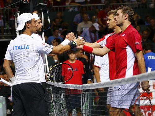 Người Ý (trái) vẫn còn nuôi chút hy vọng lật ngược thế trận ở bán kết
