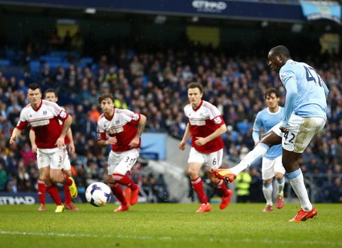 Yaya Toure sớm ghi hai bàn từ chấm 11m cho Man City
