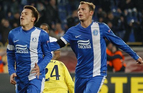 Yehven Konoplyanka (trái) vui mừng sau bàn thắng