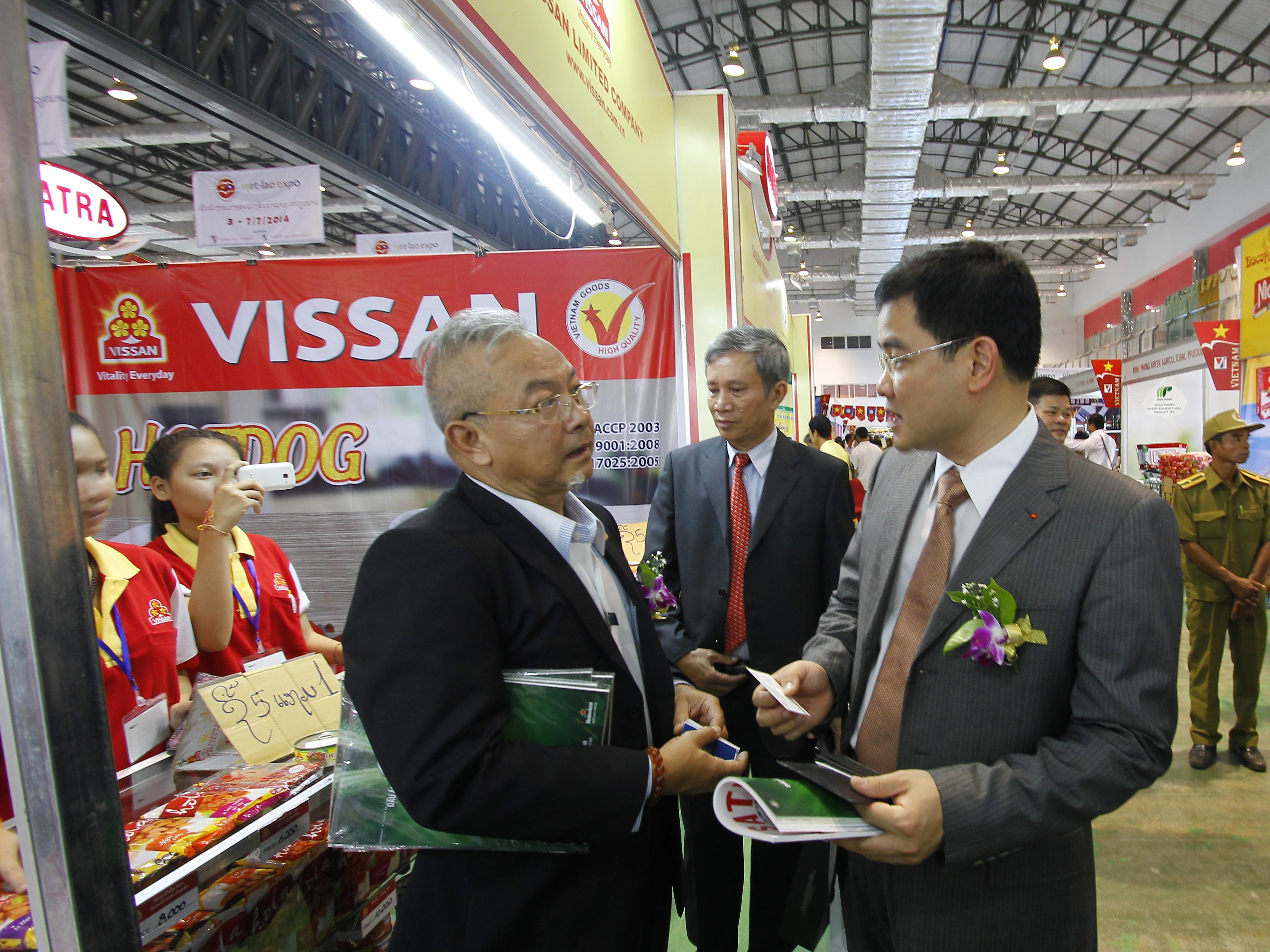 Ông Trần Thành Nam- Phó Tổng Giám đốc SATRA trước gian hàng  đơn vị thành viên VISSAN tại hội chợ EXPO Lào 2014