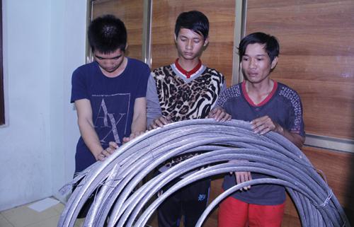 Ba thanh niên và số cáp điện ăn cắp của công ty