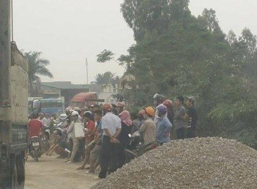 Rất đông người dân hiếu kỳ tập trung tại hiện trượng vụ tai nạn khiến gia đình anh Tám tử vong. Ảnh: Tú Phê.