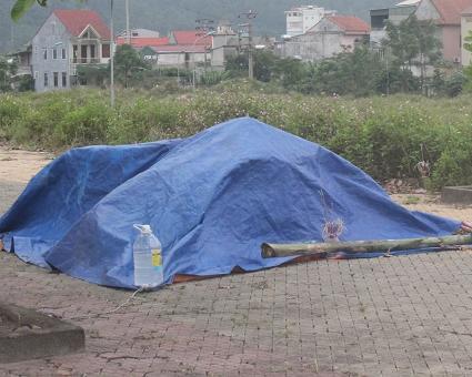 Xác nạn nhân được người dân phát hiện ở vỉa hè.
