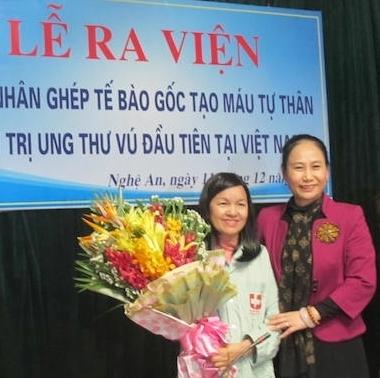 Bà Đinh Thị Lệ Thanh, Phó chủ tịch UBND tỉnh Nghệ An đến chúc mừng bệnh nhân Liễu.