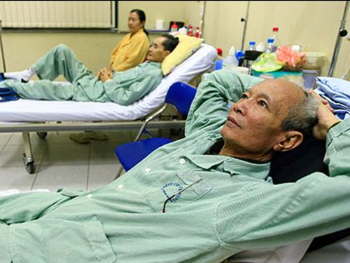 Quy định về thanh toán chi phí bảo hiểm y tế mới mới khiến nhiều người nghèo lo lắng. Ảnh: Báo Tuổi trẻ