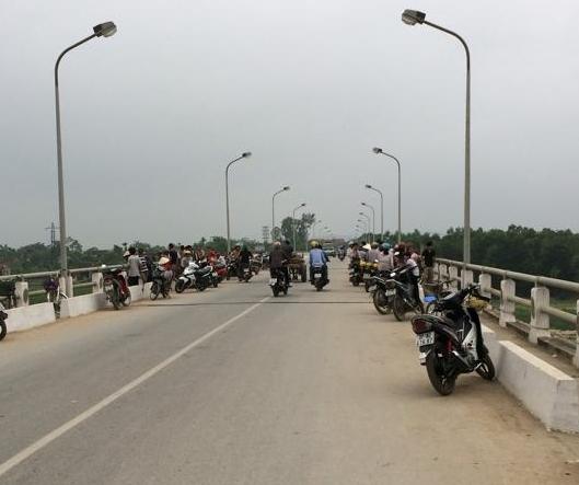 Nhiều người dân hiếu kỳ tập trung tại cầu Đô Lương, nơi nghi anh Đ. tự vẫn. (ảnh Phạm Hòa)