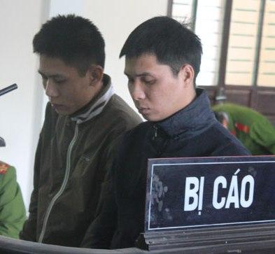 Hai bị cáo Cường và Linh tại tòa.