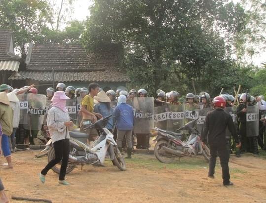 Nhiều người dân xã Bắc Sơn quá khích đã tấn công lực lượng công an vào ngày 10-4.