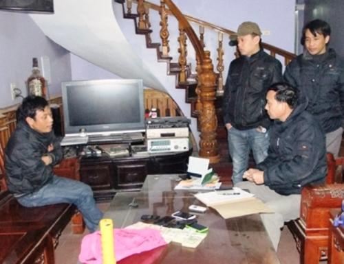 Cơ quan công an khám nhà vợ chồng Hưng và Vi ở xã Đông Tân, TP Thanh Hóa.
