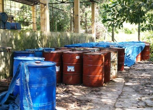Những phuy hóa chất độc hại trong khuôn viên Công ty CP Nicotex Thanh Thái.