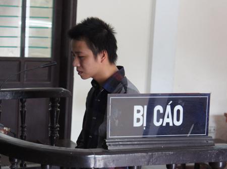 Đối tượng Tú tại phiên tòa (ảnh Hoàng Lam)