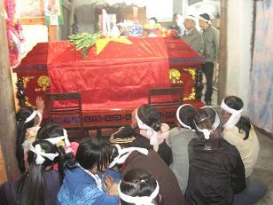 Người thân bên thi hài của trung úy Phan Văn Hạnh.
