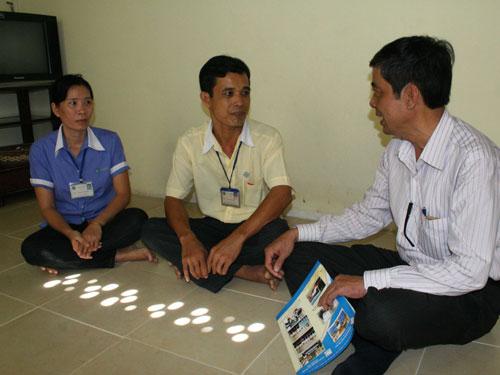 Ông Nguyễn Văn Khải, Phó Chủ tịch LĐLĐ TPHCM (bìa phải), thăm hỏi công nhân khu lưu trú văn hóa Công ty May Kim Đô (quận Gò Vấp - TPHCM)
