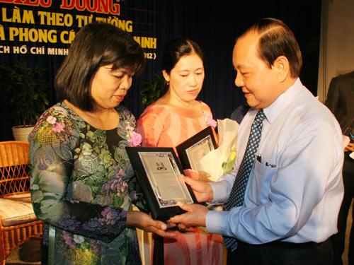 Ông Lê Thanh Hải, Ủy viên Bộ Chính trị, Bí thư Thảnh ủy TP HCM, tặng biểu trưng cho các cá nhân xuất sắc trong học tập và làm theo tấm gương đạo đức Bác Hồ ẢNH: KHÁNH LINH