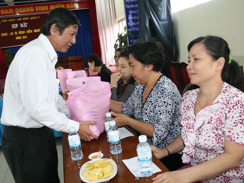 Ông Trần Thanh Hải, Phó Chủ tich Thường trực Tổng LĐLĐ Việt Nam, tặng quà cho công nhân bệnh hiềm nghèo tại quân 6,TP HCMẢNH: KHÁNH AN