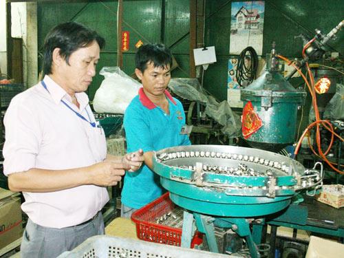 Ông Đinh Tuấn Kiệt, Chủ tịch Công đoàn Công ty Vĩ Châu (quận 7, TP HCM) là một điển hình trong phong trào lao động sáng tạo tại TP HCM  ẢNH: VĨNH TÙNG