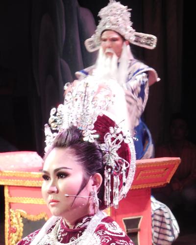 NS Điền Trung (vai Lý Đạo Thành), NS Lê Thanh Thảo (vai hoàng hậu Thượng Dương) trong trích đoạn Tô Hiến Thành xử án