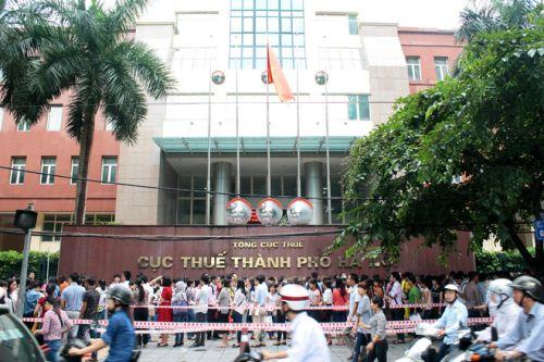 Đông đúc người đến nộp hồ sơ thi tuyển công chức tại Cục thuế Hà Nội