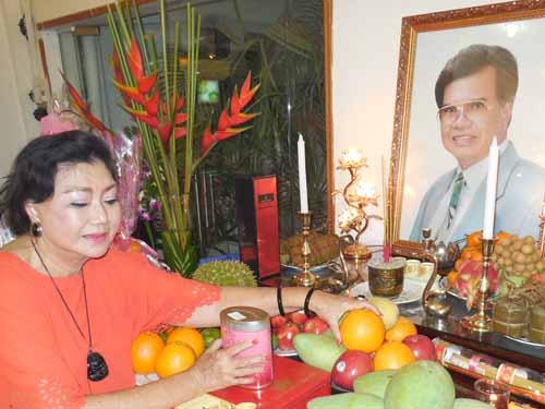 NSND Kim Cương bên bàn thờ nghệ sĩ Ngọc Đức - người bạn diễn ăn ý của bà
