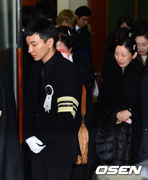 Leeteuk khóc ngất trong ngày đại tang