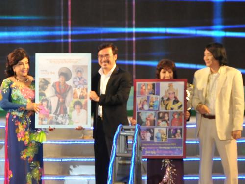 Đạo diễn Hữu Luân và NSƯT Minh Vương tặng ảnh cho NSND Lệ Thủy và NSƯT Diệu Hiền.