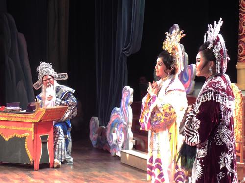 NS Điền Trung, Tú Sương và Lê Thanh Thảo đã tạo được xúc động cho khán giả qua trích đoạn Tô Hiến Thành xử án.
