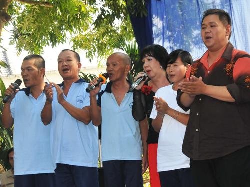 Minh Béo - Mỹ Chi hát với bệnh nhân tâm thần Mùa xuân trên TP HCM