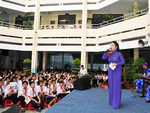 NSƯT Thoại Miêu giới thiệu với các em học sinh bài vọng cổ nhịp 32.
