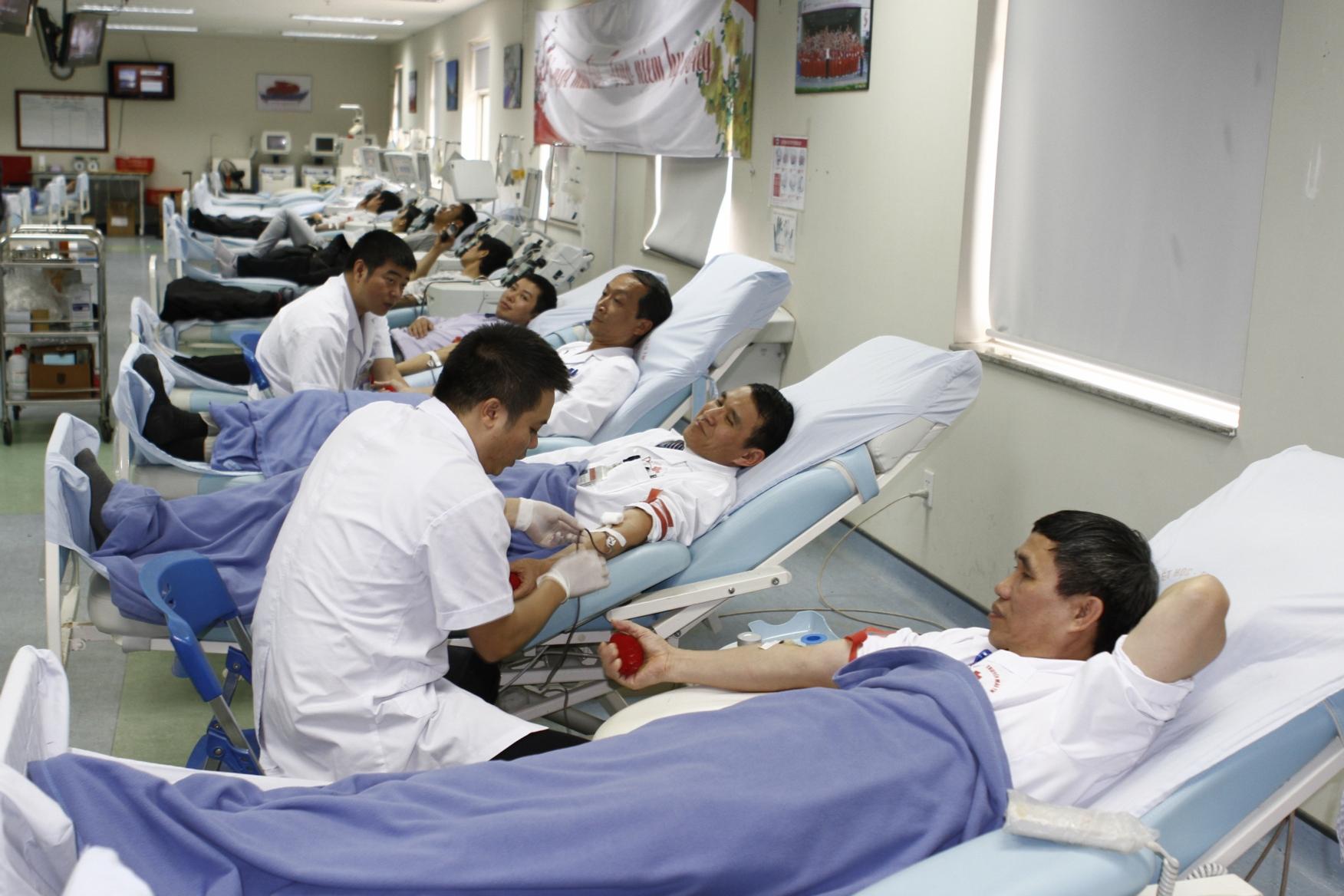 Toàn bộ hệ thống giường lấy máu hôm nay đều hoạt động hết công xuất,.