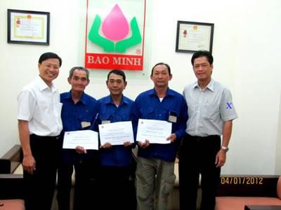 Lê Văn Thành Bí thư Đảng ủy - Tổng giám đốc Cty CP Bảo Minh trao tặng bảo hiểm và quà tết cho các anh em xe ôm Phường Tân Định quận 1.