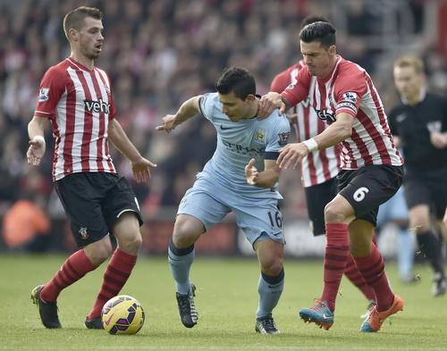 Aguero bị từ chối quả phạt đền đầu trận