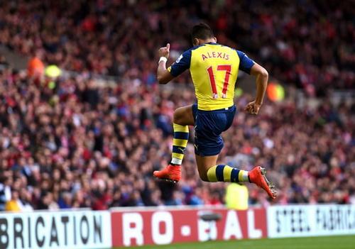 Alexis Sanchez tỏa sáng trên sân Ánh sáng của Sunderland với cú đúp cho Arsenal