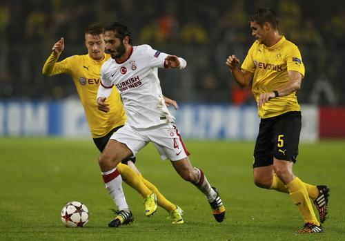 Hamit Altintop (Galatasaray) trong vòng vây Dortmund