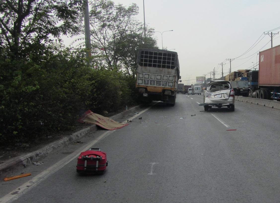 Hiện trường vụ tai nạn người phụ nữ tử vong vì nhặt đồ trên đường