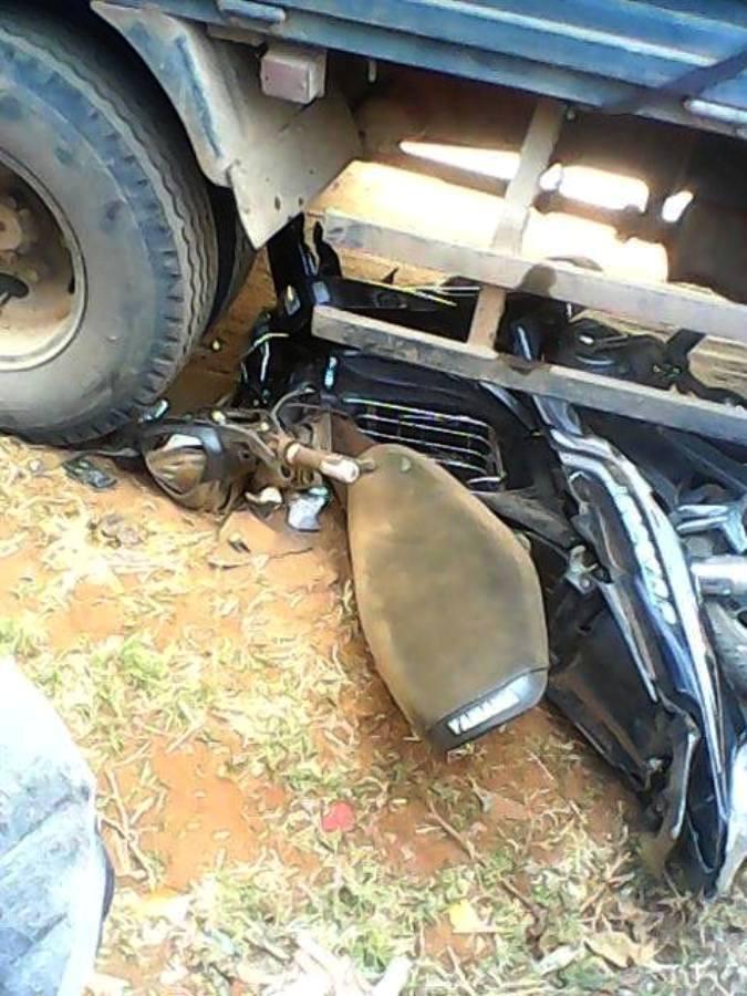 Chiếc xe máy bị tông biến dạng hoàn toàn