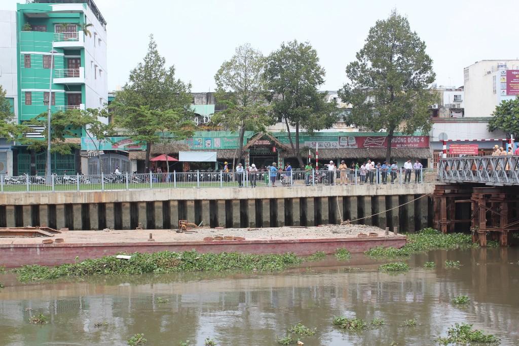 Hiện trường sự cố xà lan đâm vào cầu tạm để xây dựng cầu Bông khiến nhiều người một phen hoảng sợ