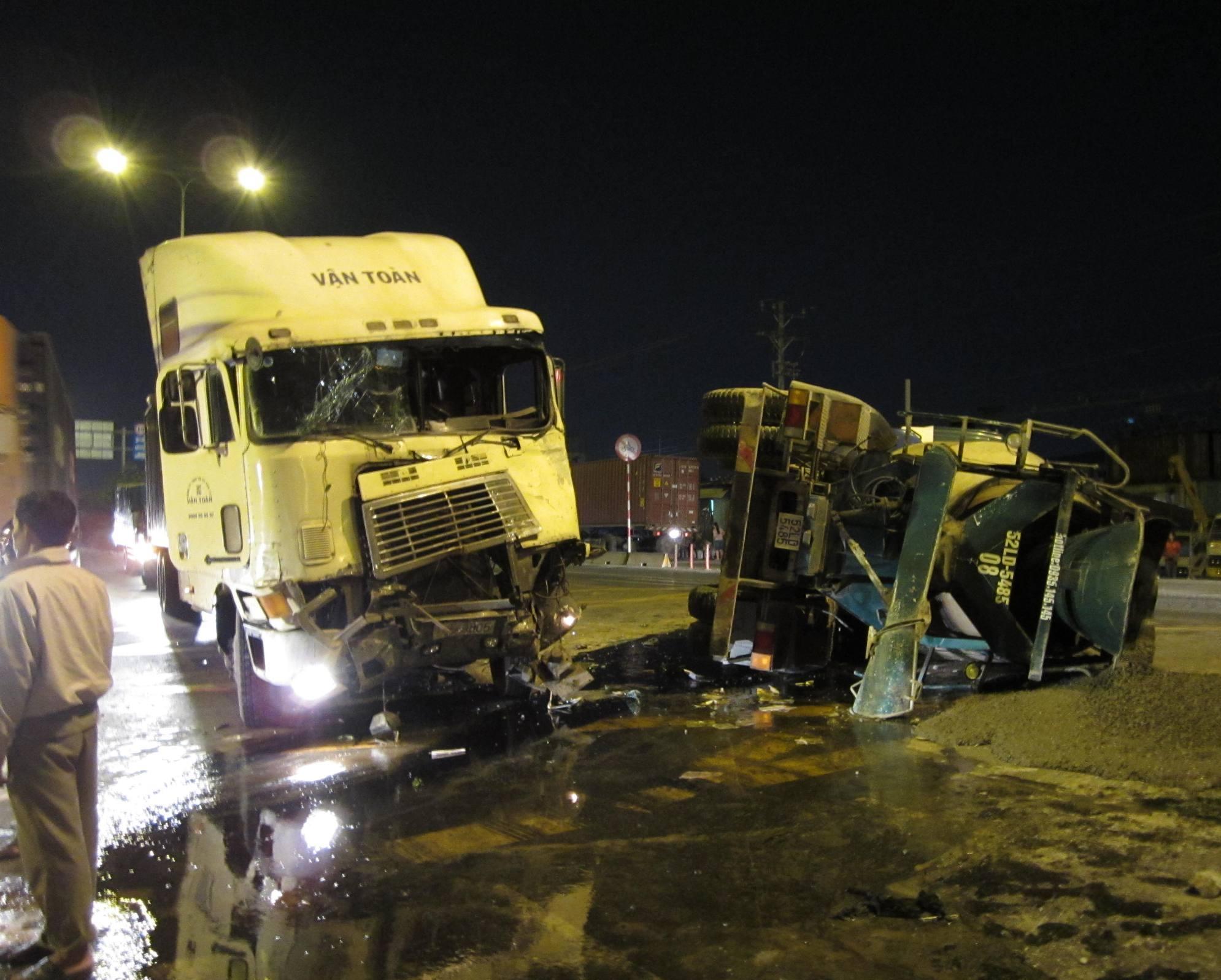 Chiếc container phần đầu nát bét, xe bồn lật ngửa giữa đường.